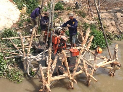 Người dân khoan giếng khai thác nước ngầm phục vụ sinh hoạt, tưới tiêu, chống hạn (Ảnh: Huỳnh Sử/TTXVN)