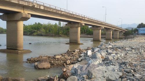 Đi bộ… giữa lòng sông Cái Nha Trang