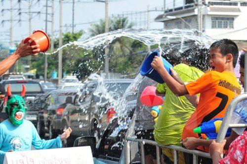 Người dân tham gia Tết Songkran tại thủ đô Bangkok (Nguồn: THX/TTXVN)