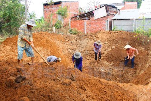 Người dân huyện Ba Tri (Bến Tre) vật vã đào giếng cạn để vét nước ngầm đang cạn kiệt (Ảnh: Hùng Võ/Vietnam+)
