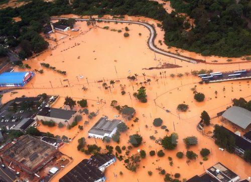 Cảnh ngập lụt tại Itapevi, ngoại ô Sao Paulo, Brazi. (Nguồn: AFP/TTXVN)