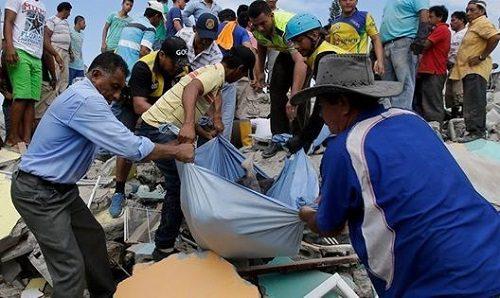 Cứu hộ các nạn nhân động đất (Nguồn: cctv-america.com)