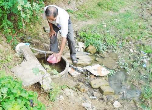 Dòng nước ít ỏi này là nguồn sống của gần 2.000 người dân vùng mỏ sắt Thạch Khê (Ảnh: Trần Tùng)