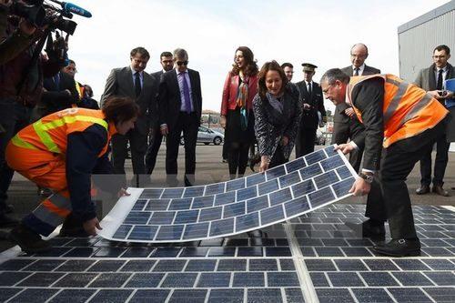 Bộ trưởng Môi trường Pháp Segolene Royal (giữa) đặt những tấm pin năng lượng Mặt Trời trong dự án xây dựng ''con đường năng lượng 1000km'' trong năm năm ở Marseille, Pháp, ngày 21/3 (Nguồn: AFP/TTXVN)