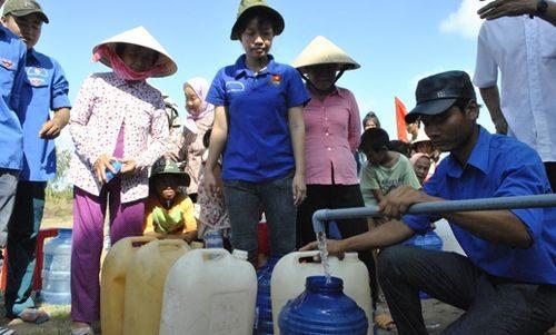 Người dân vui mừng đón nhận những thùng nước ngọt nghĩa tình (Ảnh: S.Xanh)