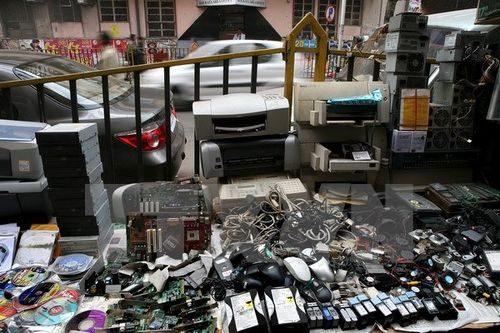 Khu vực để rác thải điện tử gần khu chợ ở Calcutta (Nguồn: EPA/TTXVN)