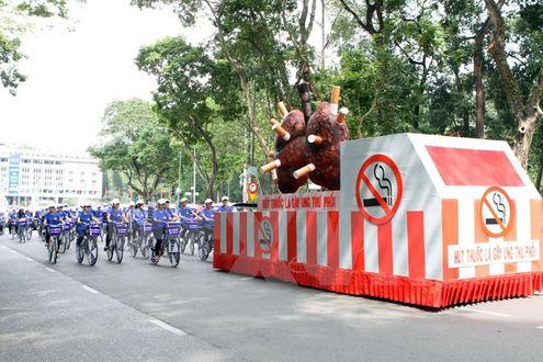 Học sinh, sinh viên tham gia đạp xe diễu hành tuyên truyền phòng, chống tác hại của thuốc lá. (Ảnh: Phương Vy/TTXVN)