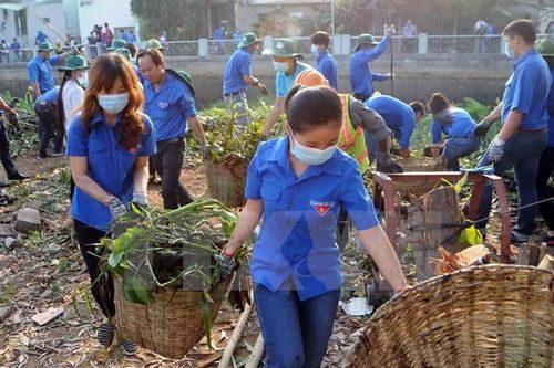 Đoàn viên thanh niên thu gom rác thải ở Thành phố Hồ Chí Minh (Ảnh: An Hiếu/TTXVN)