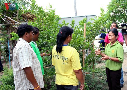 Nông dân tham gia lớp họctại Trung tâm hướng dẫn tăng sản xuất hàng hóa, trao đổi về kinh nghiệm trồng trọt tiết kiệm nước.