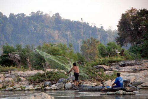 Đánh bắt thủy sản trên dòng Mê Kông (Ảnh: voa)