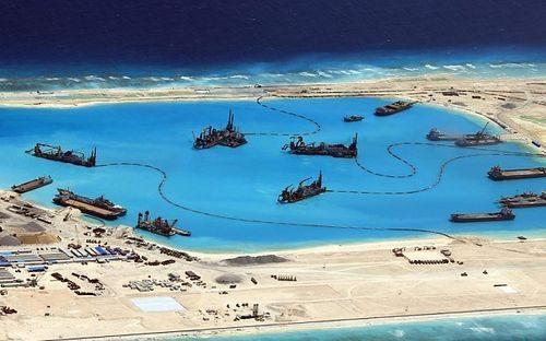 Tàu nạo vét, bồi lấp trái phép của Trung Quốc ở Đá Chữ Thập thuộc quần đảo Trường Sa của Việt Nam (Nguồn: EPA)