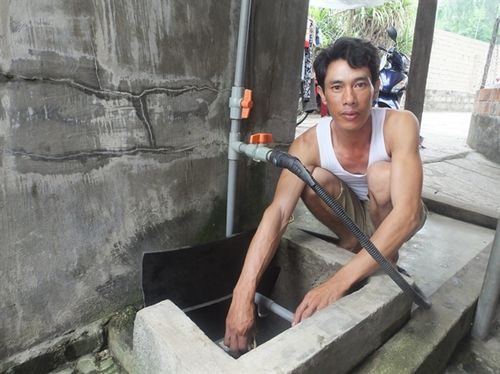 Ảnh: Thanh Nga Giếng gia đình anh Nguyễn Xuân Tình (35 tuổi) thì xuất hiện váng dầu ngay khi bơm lên bể.