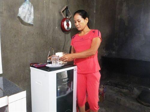 Lo ngại nước giếng bị nhiễm độc, rất nhiều hộ dân ở xã Kỳ Lợi đầu tư mua máy lọc nước