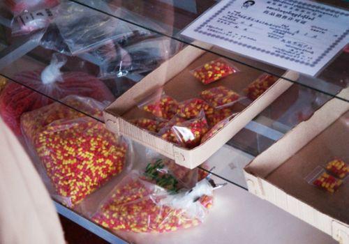 Những gói thuốc triết xuất từ mật gấu được bày bán tại Möng La, Shan, Myanmar, được sử dụng chữa nhiều loại bệnh trong y học Châu Á. (Ảnh: Dan Bennett)