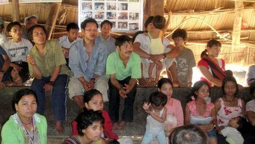 Những người dân tộc thiểu số Cơ Tu đang gặp mặt cùng ADB. (Ảnh: ADB)