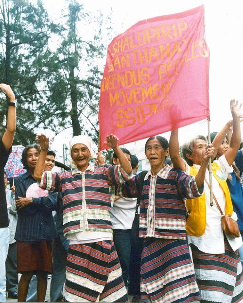 Những người phụ nữ dân tộc Ibaloi đang biểu tình phản đối việc xây dựng đập San Roque. (Ảnh: International Rivers)