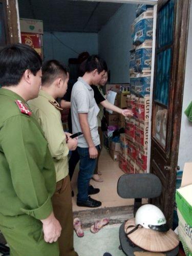 C49 phối hợp với Chi cục Quản lý thị trường Hà Nội kiểm tra, xử phạt vi phạm hành chính về an toàn thực phẩm đối với điểm kinh doanh và kho chứa hàng thực phẩm Trung Quốc, Thái Lan nhập lậu của đối tượng Nguyễn Thị Yến tại quận Ba Đình, Hà Nội (Ảnh: Ngọc Lân)