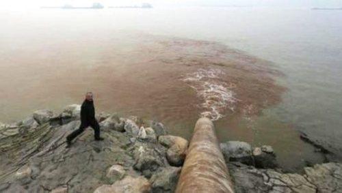 Một nhà máy giấy xả thải trực tiếp ra sông Dương Tử ở TP An Khánh, tỉnh An Huy, Trung Quốc Ảnh: Reuters