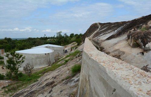 Nước từ các mỏm đá theo tường bê tông, chảy qua lớp cát sỏi lọc vào các bế chứa (Ảnh: Reuters)