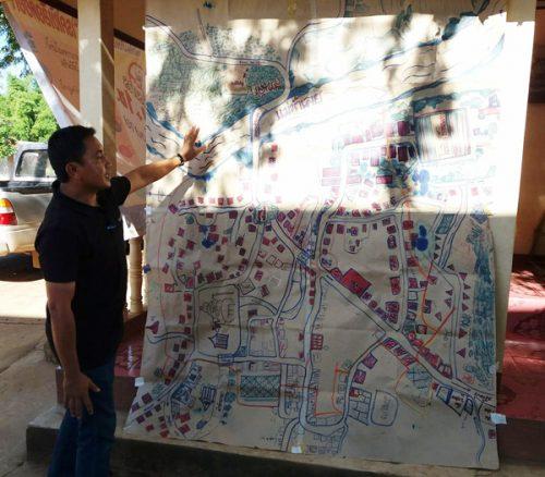 Người dân Bản Klang giải thích vị trí con đập cho khách (Ảnh: Hoàng Hường)