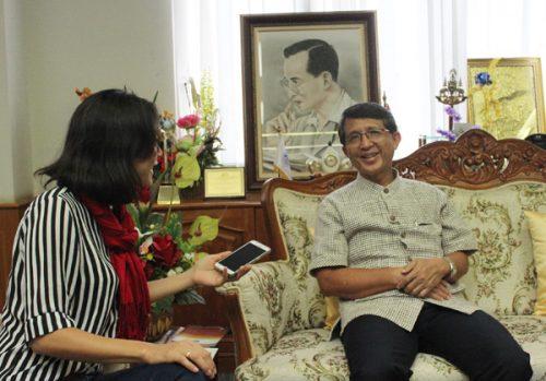 Thị trưởng tỉnh Loei Virol Jiwarangsa và phóng viên VietNamNet (Ảnh Đình Tuyển)
