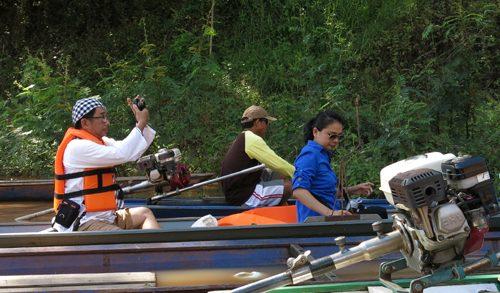 TS Lê Anh Tuấn (áo phao đỏ) thực địa trên sông Loei. Ảnh: Thúy Bình