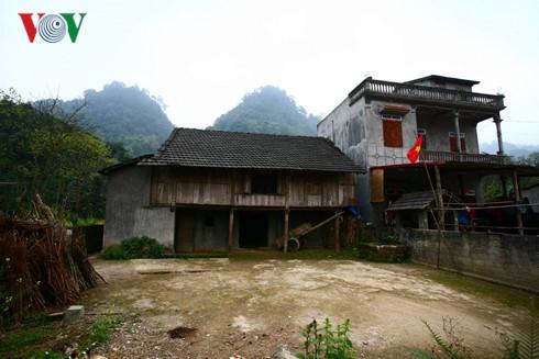 Kiến trúc mới bên cạnh nhà truyền thống (Quản Bạ, Hà Giang).