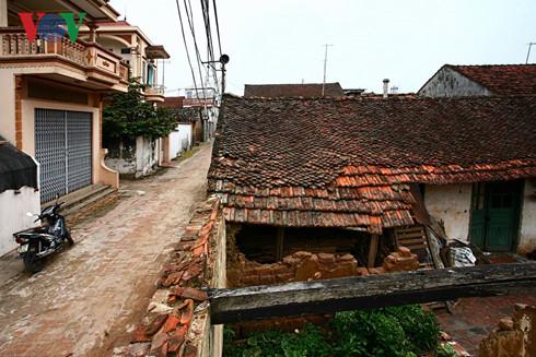 Những ngôi nhà truyền thống sụp đổ, những ngôi nhà kiểu phố mọc lên (Đường Lâm, Sơn Tây, Hà Nội).