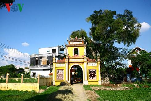 Kiến trúc mới chen lấn kiến trúc cũ (Thường Tín, Hà Nội).