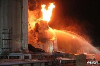 Lực lượng cứu hỏa chiến đấu với ngọn lửa bùng phát dữ dội.