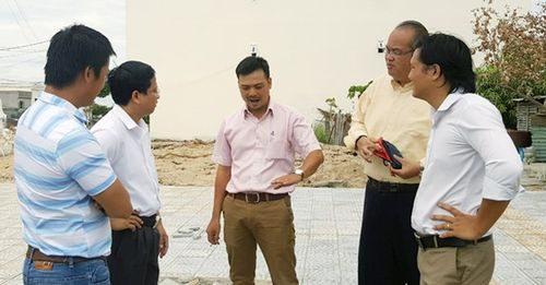 Lãnh đạo xúc tiến đầu tư Đà Nẵng và IPC Malayxia thị sát thực tiễn ở Đà Nẵng.
