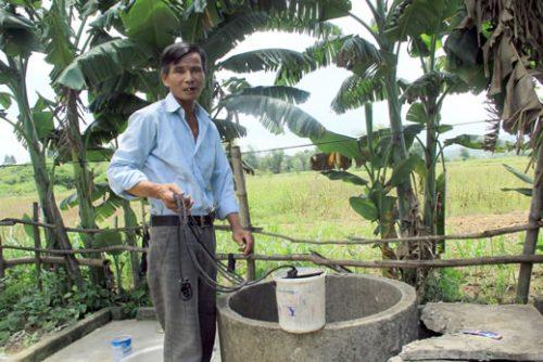 Ông Ngô cho biết nước giếng bị ô nhiễm nhưng vẫn phải dùng sinh hoạt.
