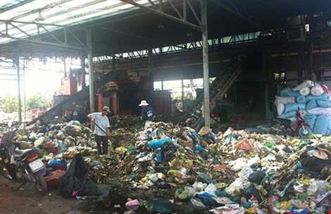 Bãi rác liên tục rỉ nước ra ngoài. (Ảnh: Thúy Bình/Pháp luật TP.HCM)