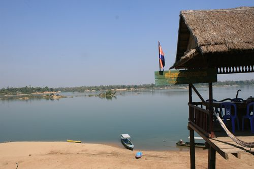 Một điểm ngắm cá voi trên sông Mê Kông, gần biên giới Lào và Campuchia, cách khu vực xây đập Don Sahong 2km. (Ảnh: PanNature)