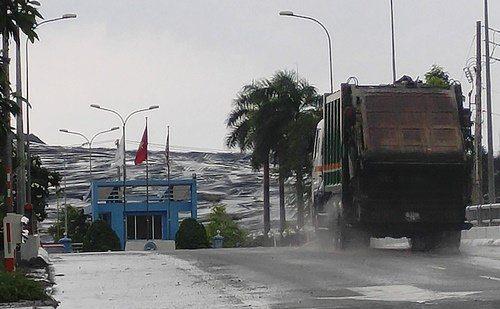 Núi rác khổng lồ nhìn từ bên ngoài bãi rác Đa Phước