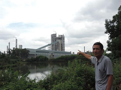 Nhà máy nằm ngay cạnh khu dân cư