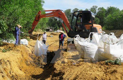 Cất bốc chất thải của công ty Formosa, chôn lấp trái phép, lên ôtô để chuyển về tạm giữ tại kho của Công ty trách nhiệm hữu hạn một thành viên Chế biến chất thải công nghiệp Hà Tĩnh (Ảnh: Phan Quân/TTXVN)