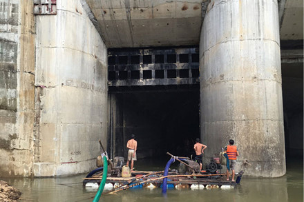 Cửa van hầm dẫn dòng thủy điện Sông Bung 2 - thời điểm trước khi tích nước, xảy ra sự cố (Ảnh: Người dân cung cấp)