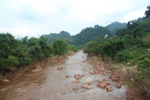 Dòng suối Nậm Quanh chạy qua địa bàn bản Chiềng Nưa