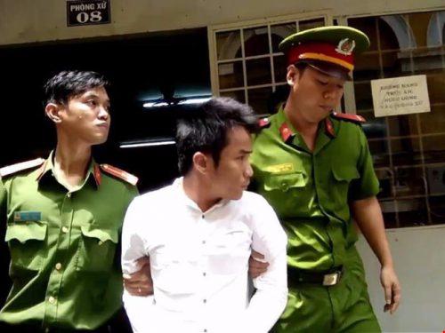 Bị cáo Khoa được dẫn giải về trại giam sau quyết định của tòa.