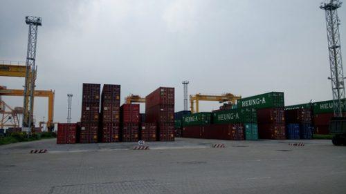 Trong số hơn 3.000 container hàng tồn đọng tại khu vực cảng Hải Phòng có khoảng 2.000 container là cao su, lốp ô tô đã qua sử dụng Ảnh: Trọng Đức
