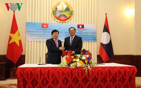 Nhân dịp này, 2 Phó Thủ tướng đã ký Thỏa thuận giữa hai Chính phủ về hợp tác phát triển các dự án điện tại Lào và mua bán điện đến năm 2030.