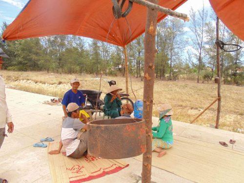 Người dân ở thị xã Điện Bàn dựng lều phản ứng vì cho rằng nhà máy thép vì gây ô nhiễm vào thời điểm cuối năm 2014