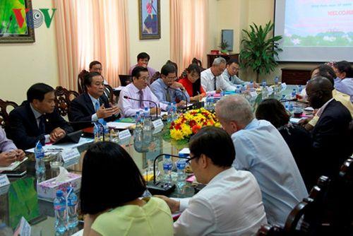 Bí thư Tỉnh uỷ Đồng Tháp Lê Minh Hoan, Chủ tịch Uỷ ban nhân dân tỉnh Nguyễn Văn Dương tại buổi làm việc với WB và IFC.