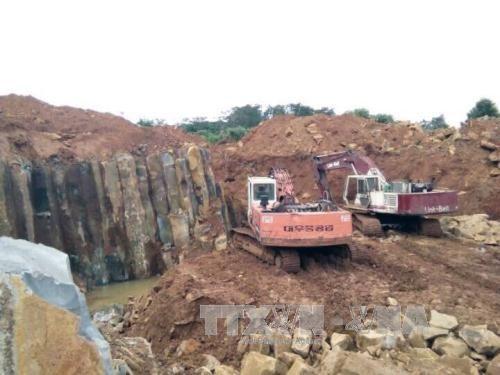 Máy móc ngang nhiên hoạt động tại công trường khai thác đá không phép ở xã Đắk Nia, thị xã Gia Nghĩa (Ảnh: Ngọc Minh/TTXVN)
