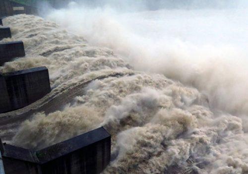 Nhà máy thủy điện Sông Ba Hạ (Phú Yên) xả lũ với lưu lượng 10.400 m3/giây hồi đầu tháng 11. Ảnh: Thế Lập – TTXVN