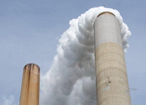 Khói bay lên từ Nhà máy điện than đá AEP ở New Haven, tây Virginia, Mỹ (Nguồn: AFP/TTXVN)