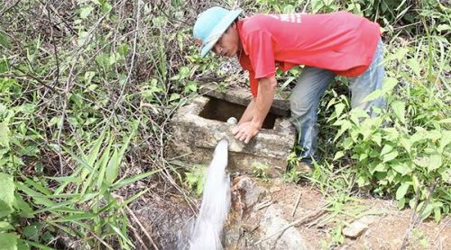 Thành viên đội tuần tra, giữ rừng làng Ka Bay kiểm tra đường dẫn nước về làng (Ảnh: Hoàng Hường)