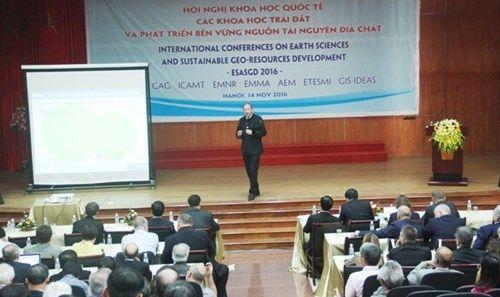 Đại biều trình bày báo cáo khoa học tại hội nghị