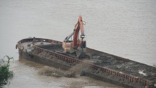 """Vụ tàu """"khủng"""" xả thải sông Hồng: Tạm đình chỉ 3 cảnh sát đường thủy"""